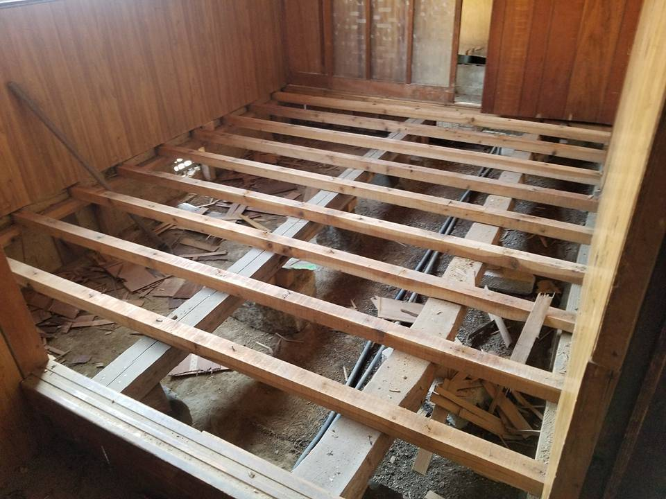村内拠点リノベ!  今回は床の剥離と、寸法を測り新しい資材搬入!
