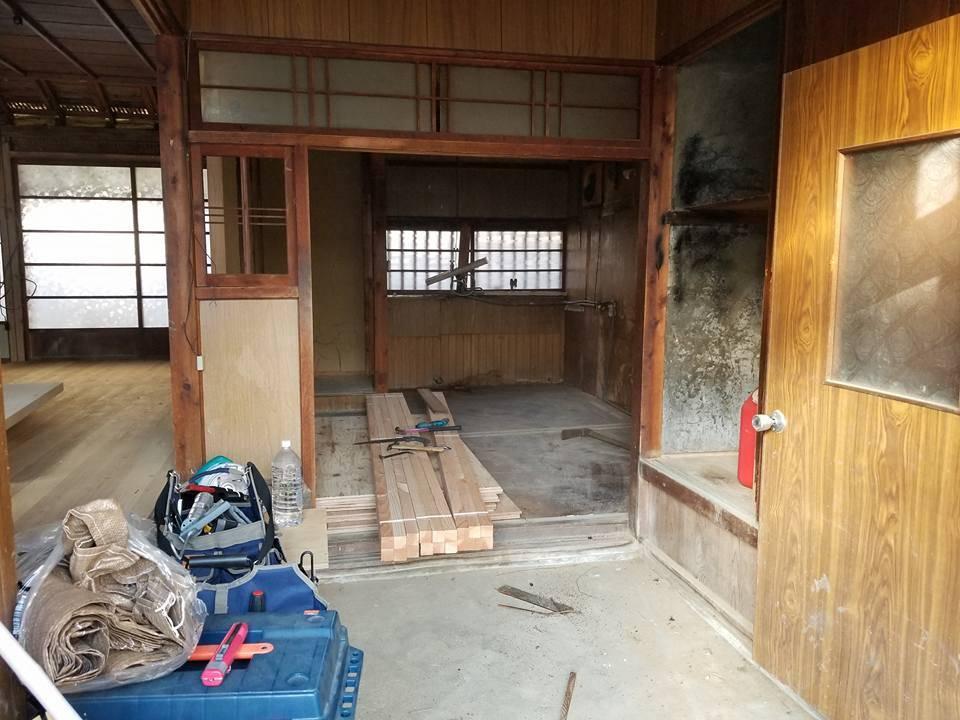 【南山城村の拠点リノベ】床と壁を張り替える為、キッチン等々の取り外し作業!